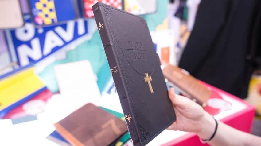 capa para ipad mini com formato de biblia