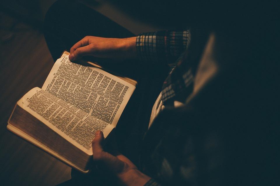 Resultado de imagem para lendo a bíblia