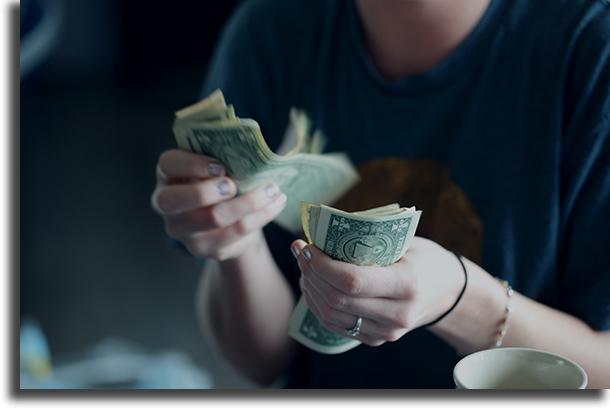 Evite usar dinheiro cuidados a ter quando sair na rua