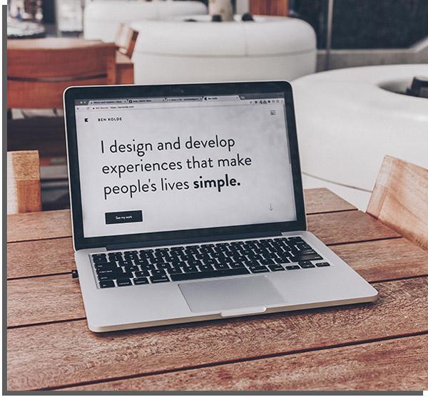 computador mostrando criação de site como uma das ideias para trabalhar em casa