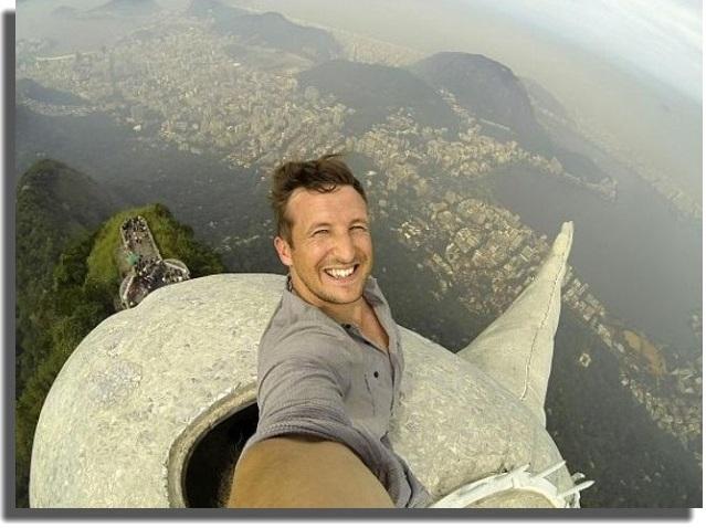 toma la selfie perfecta cámara por encima de la cabeza