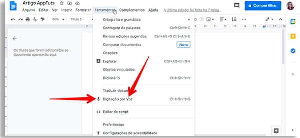 tela do google docs com menu ferramentas aberto e setas vermelhas apontando para a opção digitação por voz