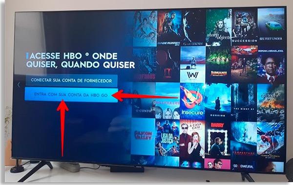 tela inicial do hbo go na tv, com setas vermelhas apontando para o botão Entrar com sua conta da HBO Go