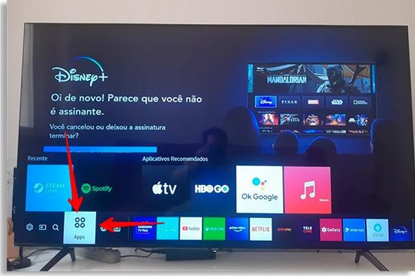 tela principal da smart tv com setas vermelhas apontando para o botão Apps