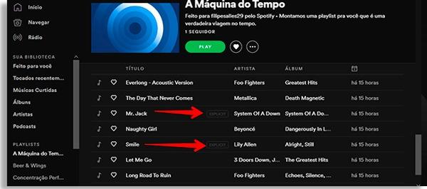 tela de playlist do spotify em modo noturno, com setas vermelhas apontando para um botão escrito explicit