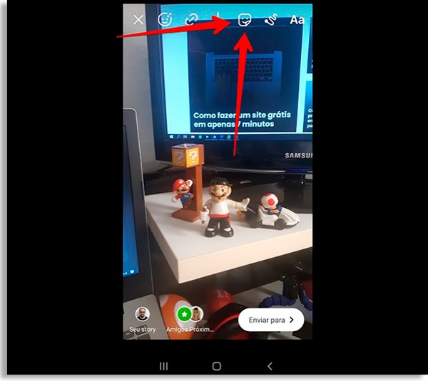 tela de edição do stories, com seta vermelha apontando para o ícone de adesivos