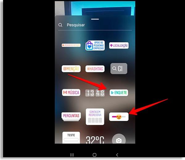 tela de adesivos do stories, com setas vermelhas apontando para as enquetes de instagram disponíveis