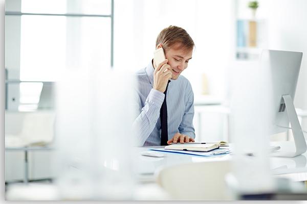 homem branco fazendo ligação pelo telefone