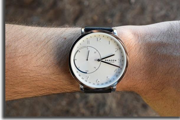 braço vestindo um relógio
