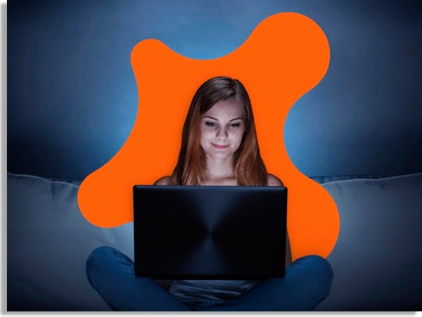 pessoa usando o computador em casa e no escuro, com uma arte laranja na forma do ícone do avast ao fundo