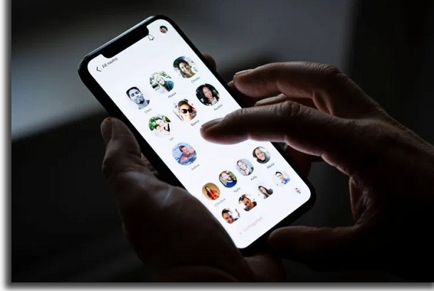 tela de smartphone com clubhouse aberto