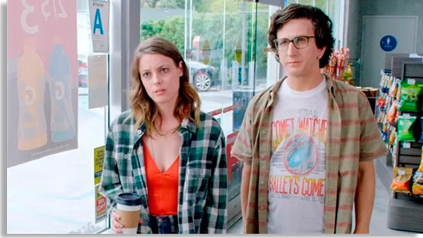 cena com casal protagonista de love, um dos melhores seriados de comédia romântica da netflix